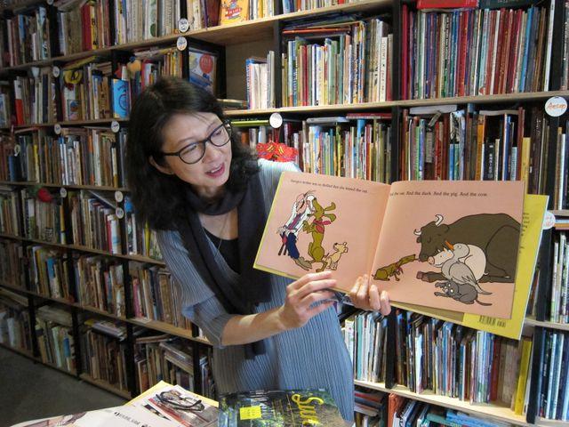 Charlene 翻開 Jules Feiffer 的作品《Bark George》,生動地描述繪本寓教於樂之外,豐富的想像力與藝術性。