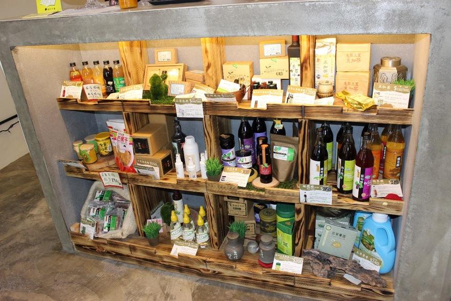 除了咖啡及自製茶點,想想人文空間也販售小農商品。