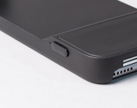 Moment Case快門按鍵。 Moment Case 的殼表面是橡膠材質,按鈕是塑膠一點亮面的質感。 不過按鈕本身稍微太扁平了一點,雖然不容易誤觸,但也要用力一點才能按下。 Moment 特別的地方是,手機殼與機身的連動是用無線藍芽,所以手機殼本身要加裝一顆電池,也會稍厚一些。