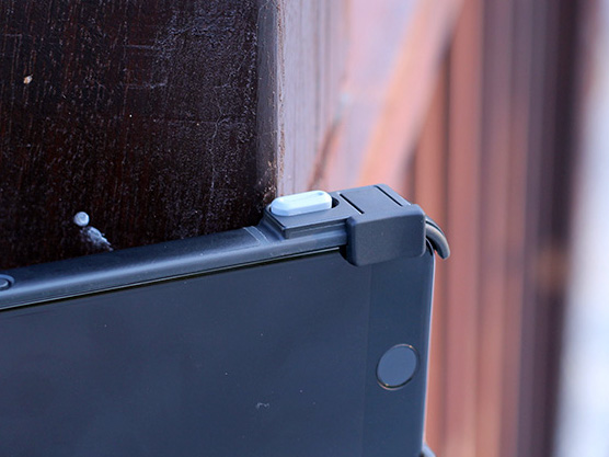 SNAP!PRO 的快門按鍵。 回歸到類似 SNAP!5 的按鈕版本,塑膠質感且有中間有一痕凹槽,按壓的手感更好,且需要的力道適中又平均。 快門的觸動方式與過去一樣是以機械式連動到音量鍵,不用再連接的機身也不用加裝電池。