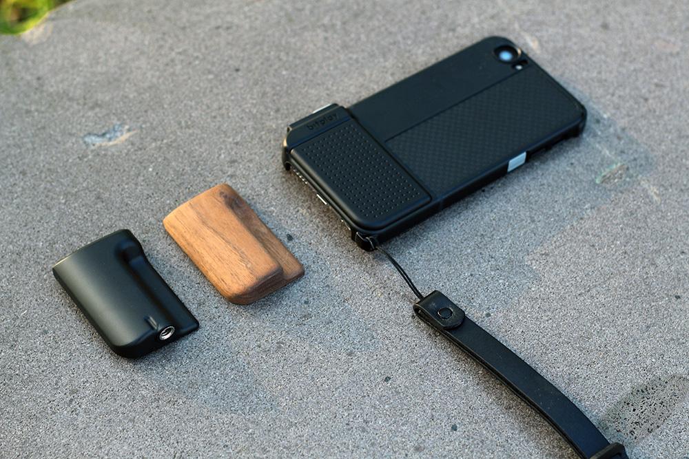 基本的握把為平面,有類似SNAP! 6的防滑小凹槽。 另外兩個握把相當厚實,且有更好握的凹槽,專門給大量或長時間的攝影需求使用。 一個為附有腳架孔厚實的一般握把,另一個則為強調握感與質感的木質握把。
