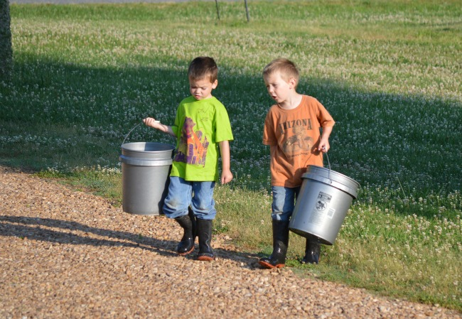 5 tips for helping siblings get along {via www.walkinginhighcotton.net}