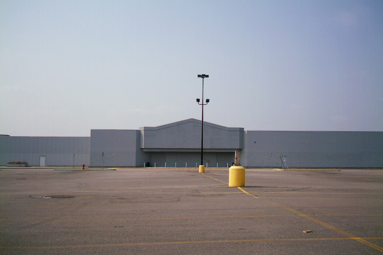 The closed Jonquière Walmart. Photo courtesy of Wikimedia Commons