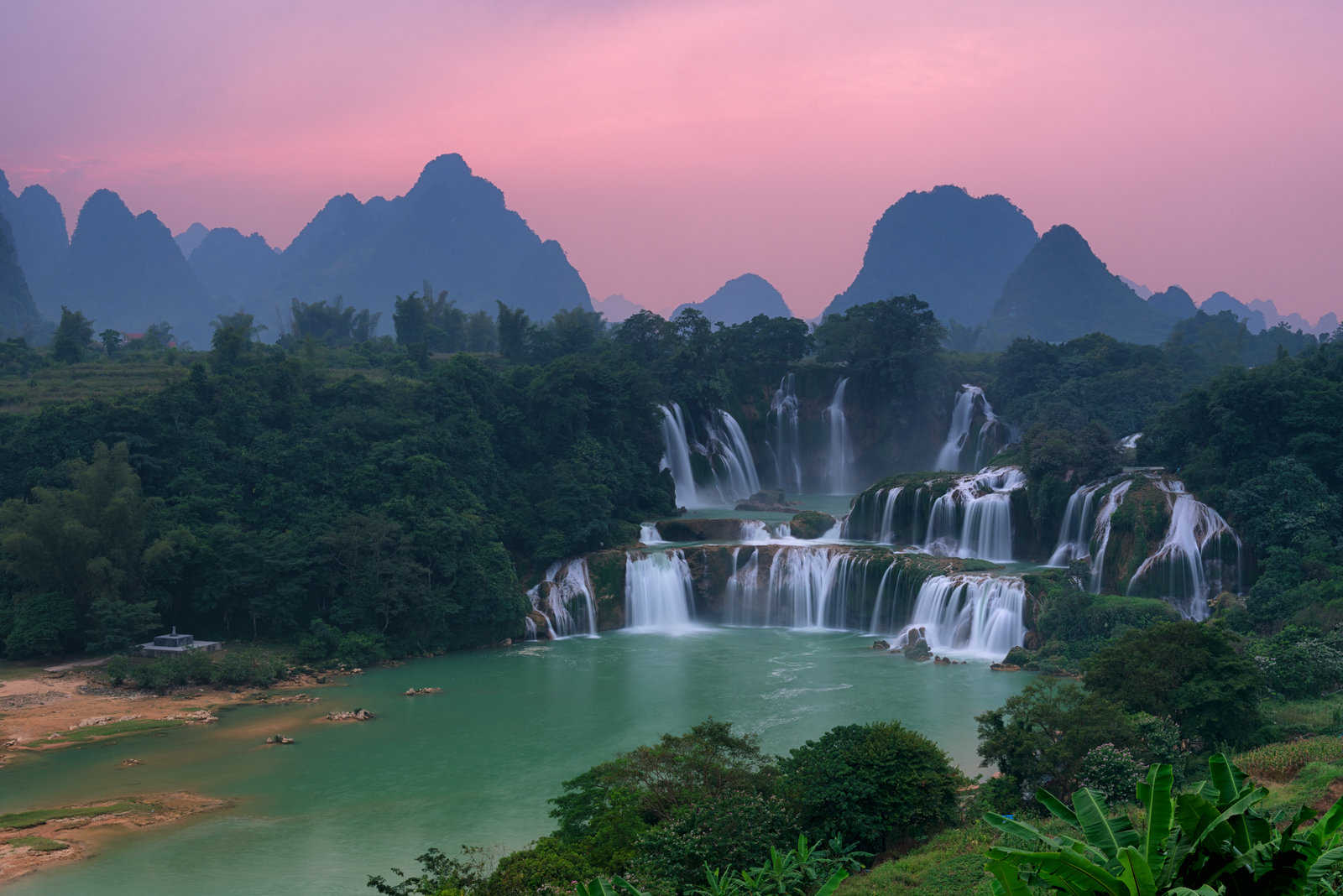 the waterfall effect of vietnam ダイナミックな落水音をとどろかせる、スケールの大きい滝の音の効果音です。1分強でフェードアウトします。sound effect of big waterfall 48khz 24bit wav file 試聴サンプル.