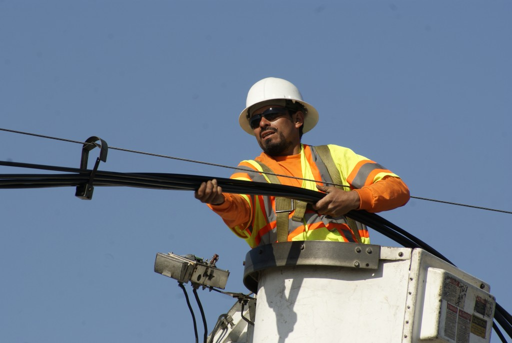 A worker keeps cables free of slack as they lower toward the ground in preparation of ET-94's soon-to-be crossing. (Marisa Zocco / USC Annenberg Media)