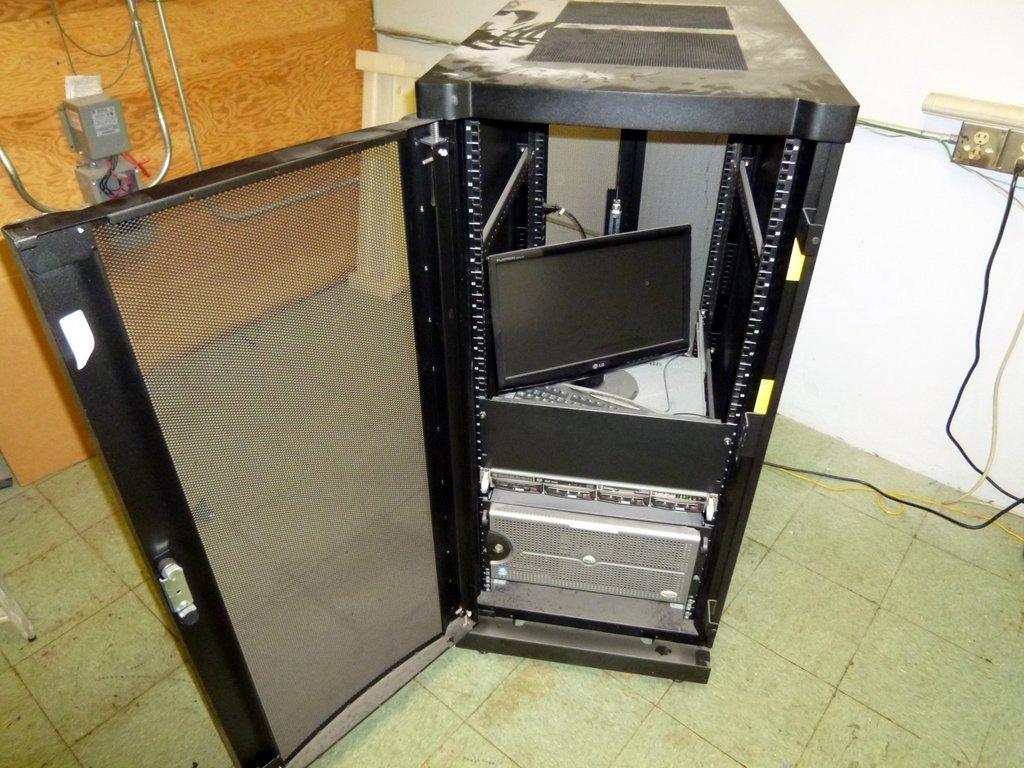 Apc 25 Slot Server Rack W Dell Poweredge 2500 Monitor Keyboard