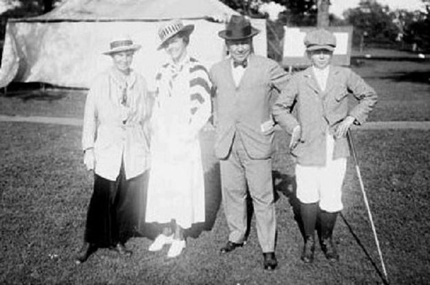1915--Alexa Stirling [left] with Edith Cummings, and Edith's father and brother (Library of Congress)