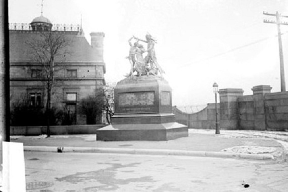 The monument at its original site, 1911 (Library of Congress/Chicago Daily News)