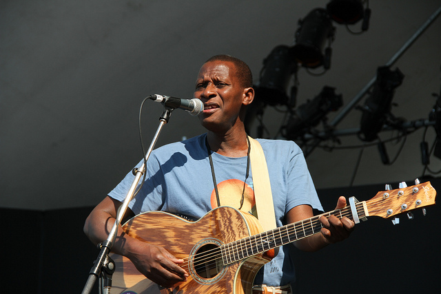 Sidi Touré soundchecking in Vancouver in 2012. (Flickr/Mark Henckel)