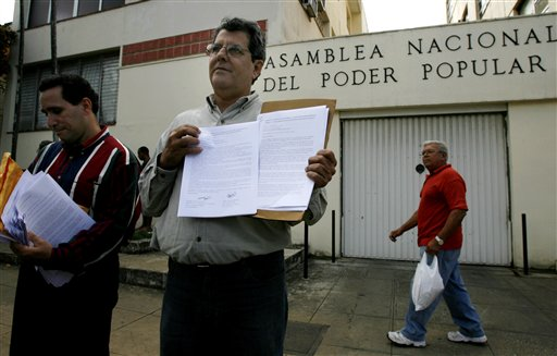 Oswaldo Payá presenting his citizen petitions to the Cuban National Assembly in 2007. (AP/file)