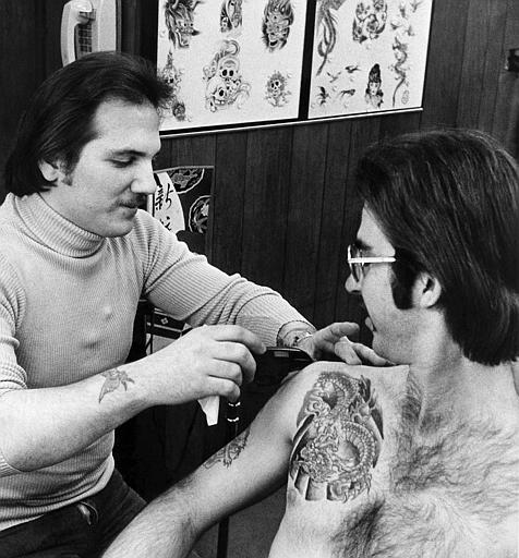 Dale Grande, left, working at Chicago Tattoo. (Archival photo courtesy Nick Colella)