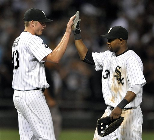 Alejandro De Aza congratulates Addison Reed for his save Monday night. (AP Photo/Paul Beaty)