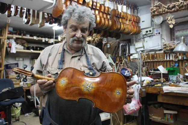 Amnon Weinstein in his Tel Aviv shop. (Debra Yasinow via WCPN)