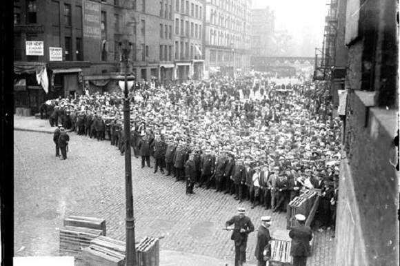 Crowds behind police lines on La Salle Street (Library of Congress/Chicago Daily News)
