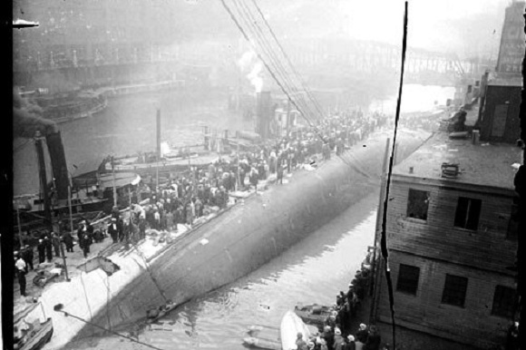 Survivors being rescued from the hull (Library of Congress/Chicago Daily News)