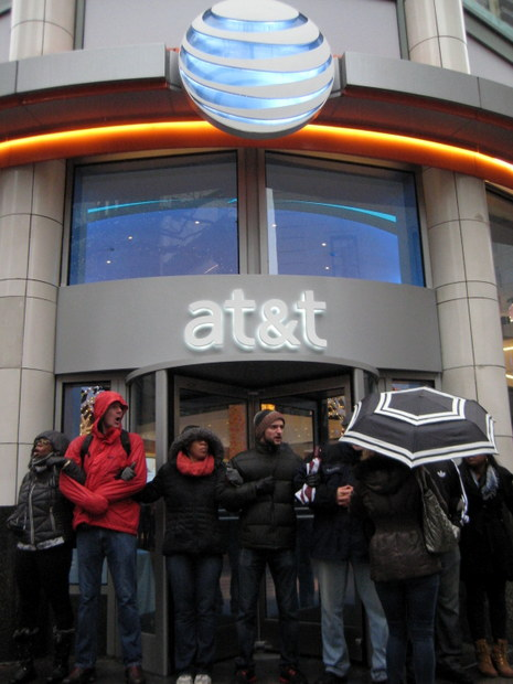 Demonstrators block the entrance of AT&T on Michigan Avenue in Chicago. (WBEZ/Linda Lutton)