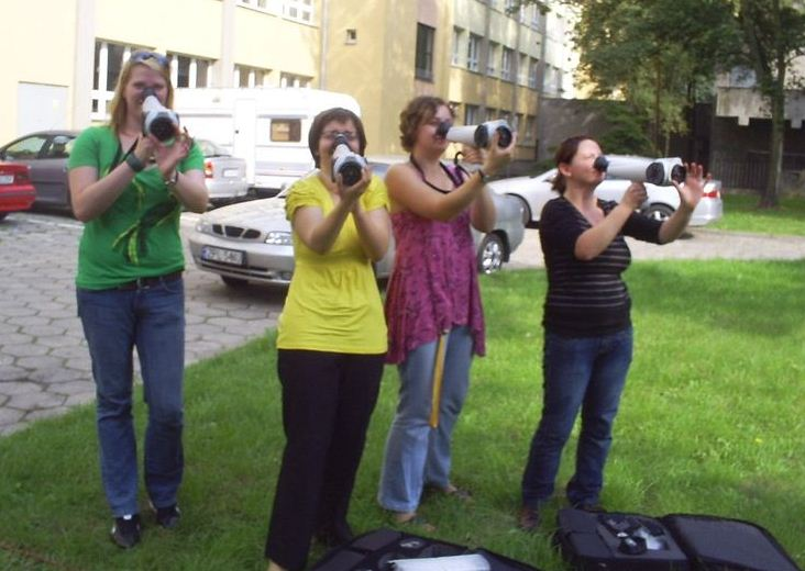 Field olfactometry practice with students trying out Nasal Rangers. (Wikimedia Commons/Kosmider)