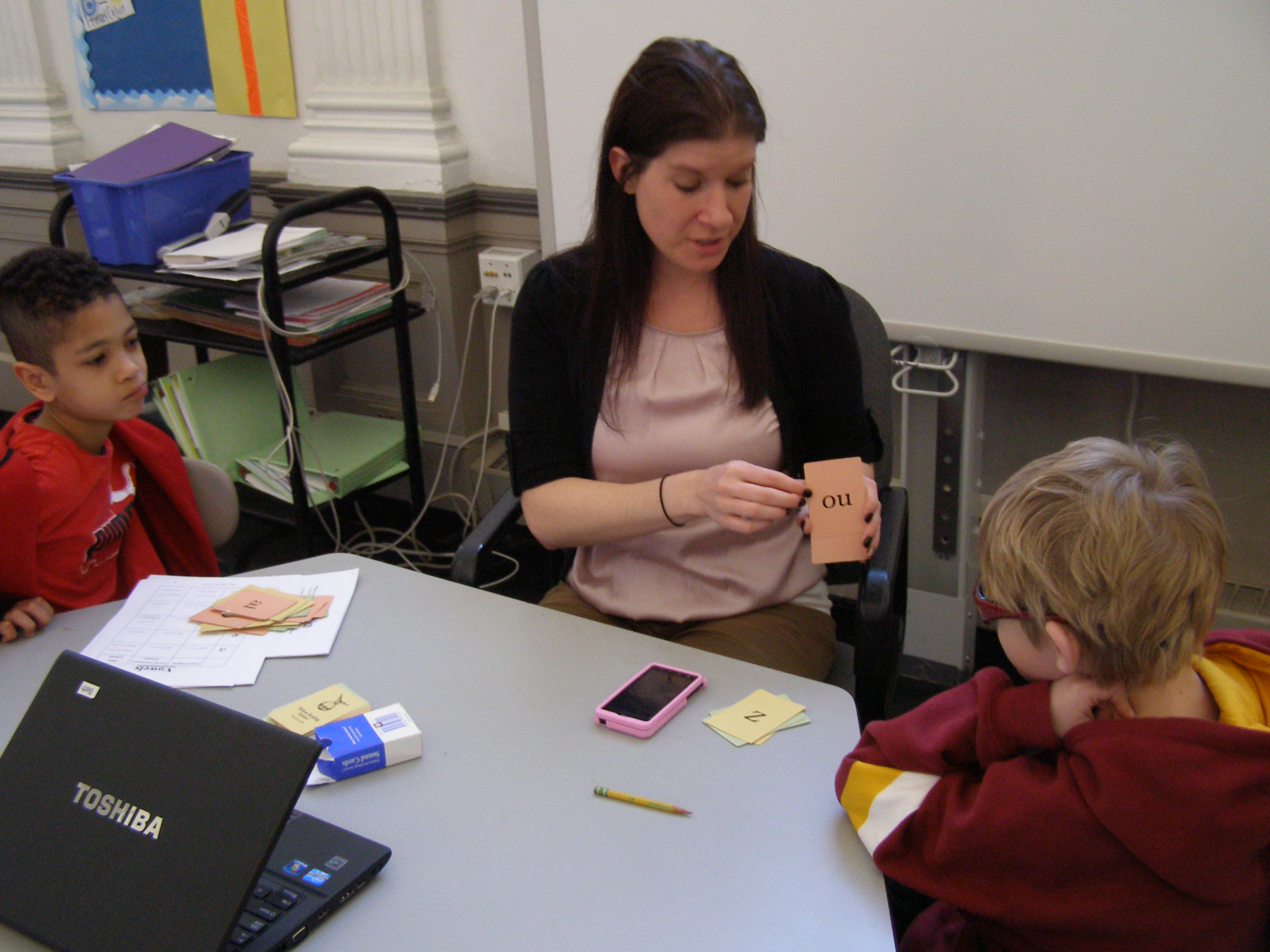 Teacher Beth Herdering uses flashcard to help her students at Hyde Park Day School in Chicago with learning disabilities overcome their reading issues. (Julianne Hill/Front and Center)