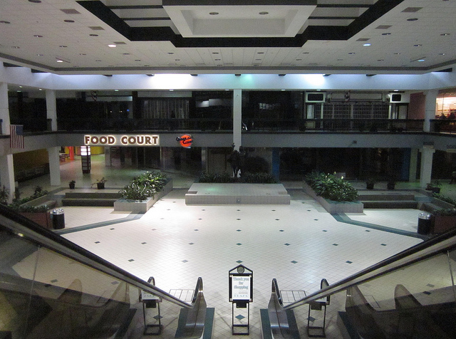 Final days of The Plaza, Evergreen Park, IL (Flickr/katherine of chicago)