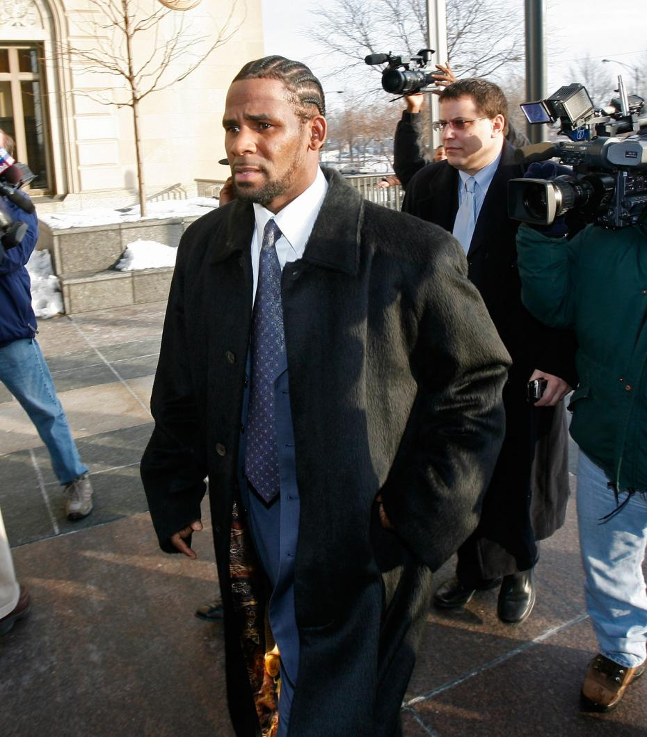 Derrel McDavid trails R. Kelly as he arrives in court to face charges of child pornography. (WBEZ file)