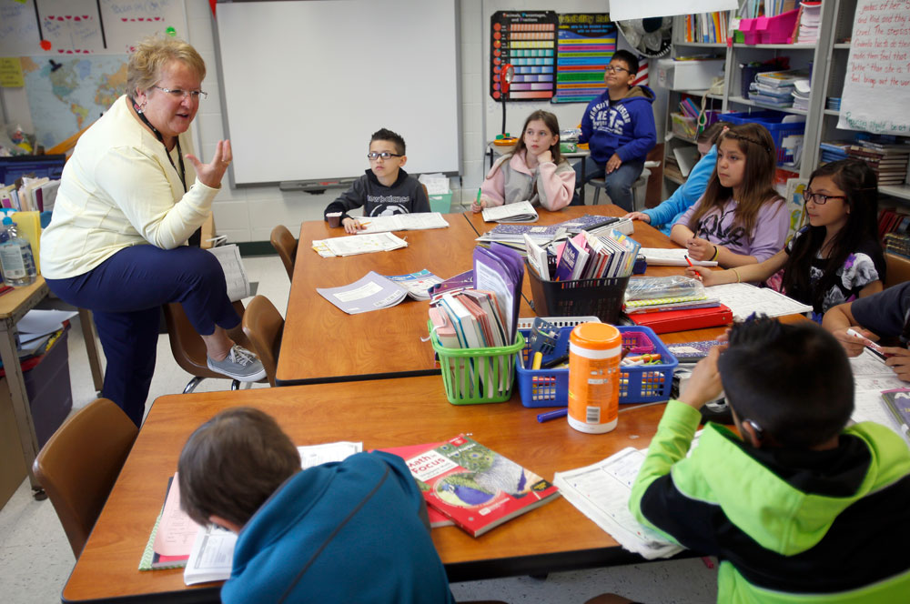 Sunny Hill Elementary teacher Nancy Kontney works with students in the Carpentersville school. Sunny Hill is one of 649 schools in Illinois where more than 90 percent of students are low income. The number of Illinois schools dealing with concentrated poverty has swelled in the last decade. (The Daily Herald/Brian Hill)
