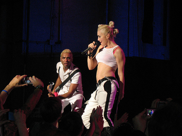 Tony Kanal and Gwen Stefani perform together in 2009. (Flickr/ditzygrly)