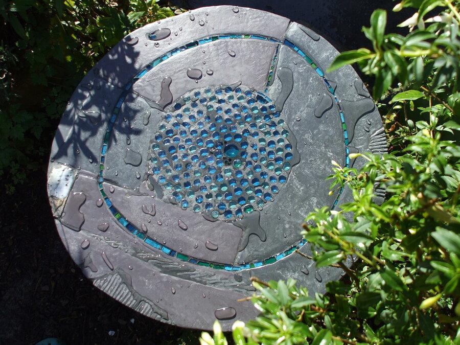 Blue Pool: Feed, garden table