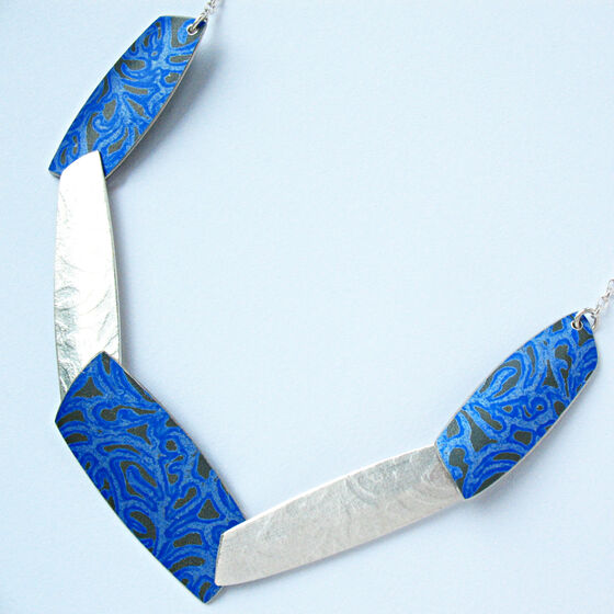 AL7 Necklace in textured silver and printed blue aluminium