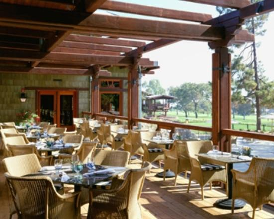 Outdoor dining and drinks at Torrey Pines Lodge
