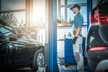 Car Mechanic and the Lift