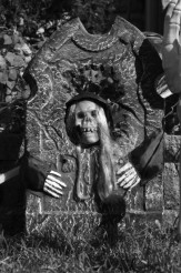 Tombstone wit Skeleton