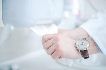Using Sanitizing Velvet Wipes To Clean Hands