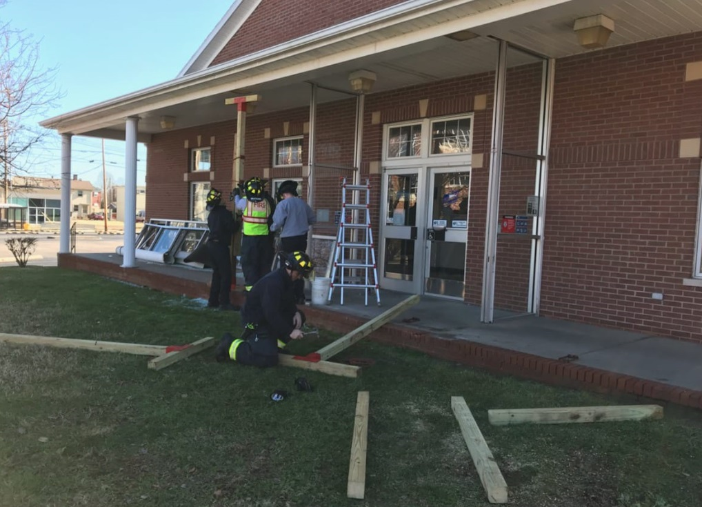 Photo of Car Crashes Into an Owensboro Post Office