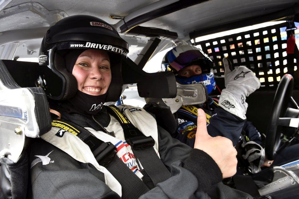 NASCAR - Ear-splitting run just a Sunday drive to Carl