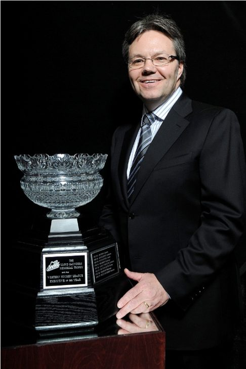 Kelly McCrimmon accepting the 2010 Executive of the Year award from the WHL.