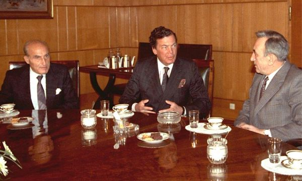 WJC President Edgar Bronfman (c) and Vice-President Kalman Sultanik at a meeting with Tadeusz Mazowiecki (r) in 1990