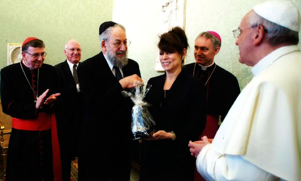 IJCIC Chair Lawrence Schiffman and Vice-Chair Betty Ehrenberg present a gift to Pope Francis