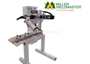 Bottom sealing machine with adjustable arm
