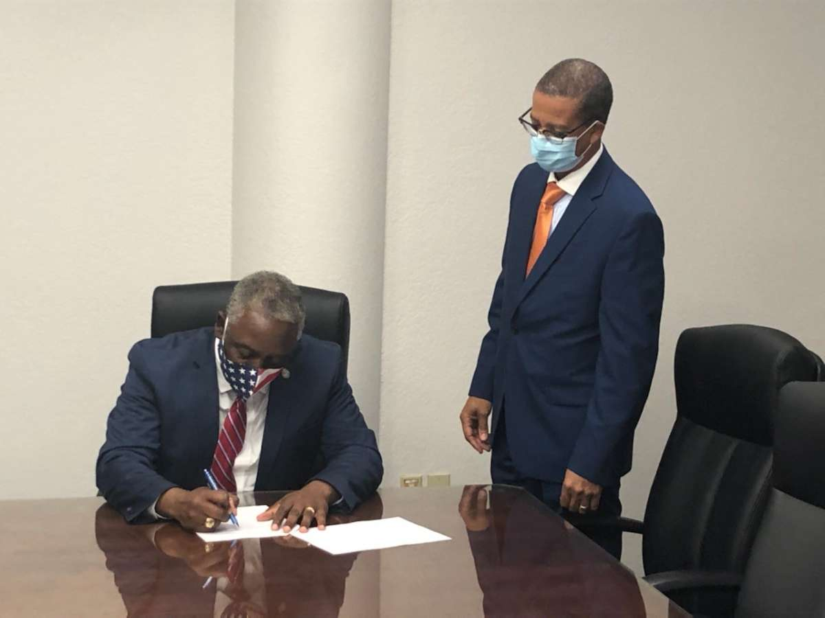 Orange County Mayor Jerry Demings signs and executive order mandating the wearing of face masks in public. Photo: Orange County.