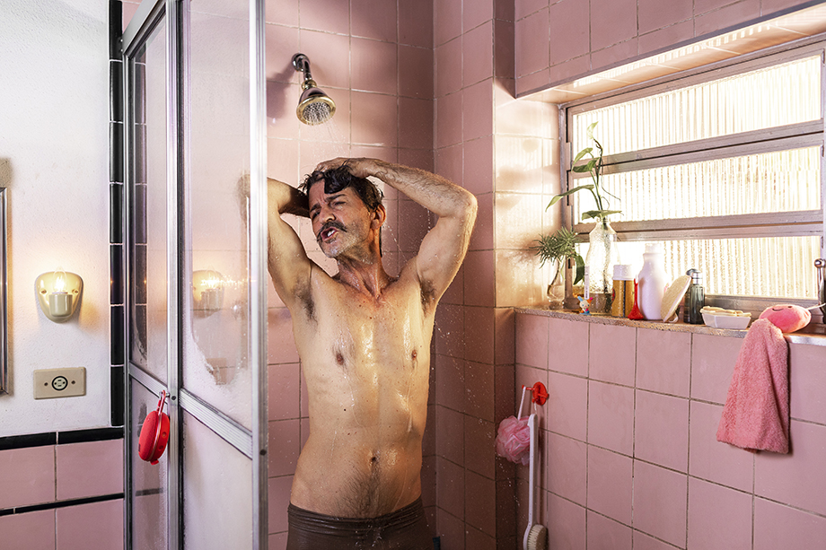 A man sings in his shower while listening to music. Photographed by Claus Lehmann for Spotify Brazil.