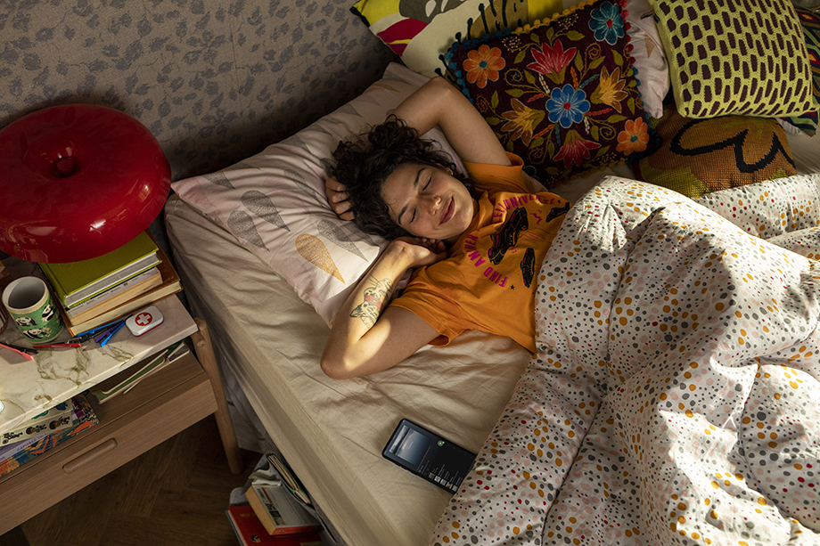 A girl wakes up to pleasant music. Photographed by Claus Lehmann for Spotify Brazil.