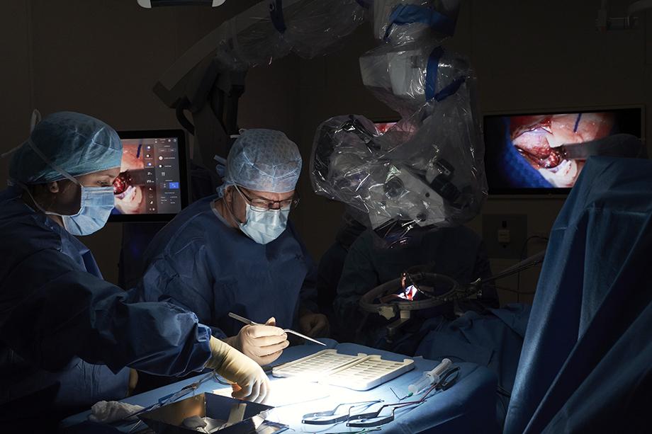 Surgeons photographed by Enno Kapitza for PFIZER Germany's Zwei Magazin.
