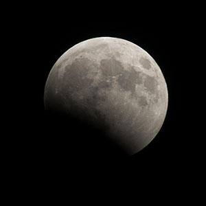 Marco Garcia Captures Super Flower Blood Moon for Reuters