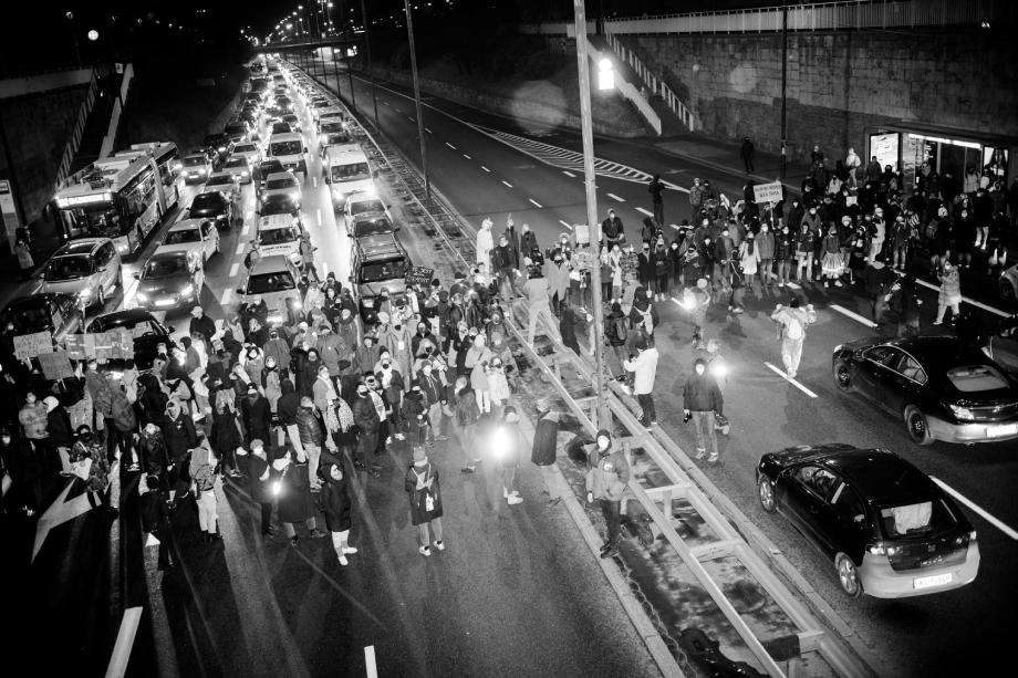 People block the street in Warsaw protests shot by Wojciech Grzedzinski for Republik Magazine