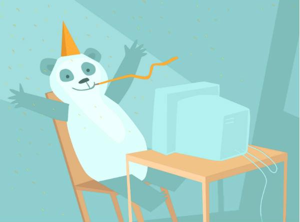 Panda fêtard avec un chapeau orange, assis devant un ordinateur