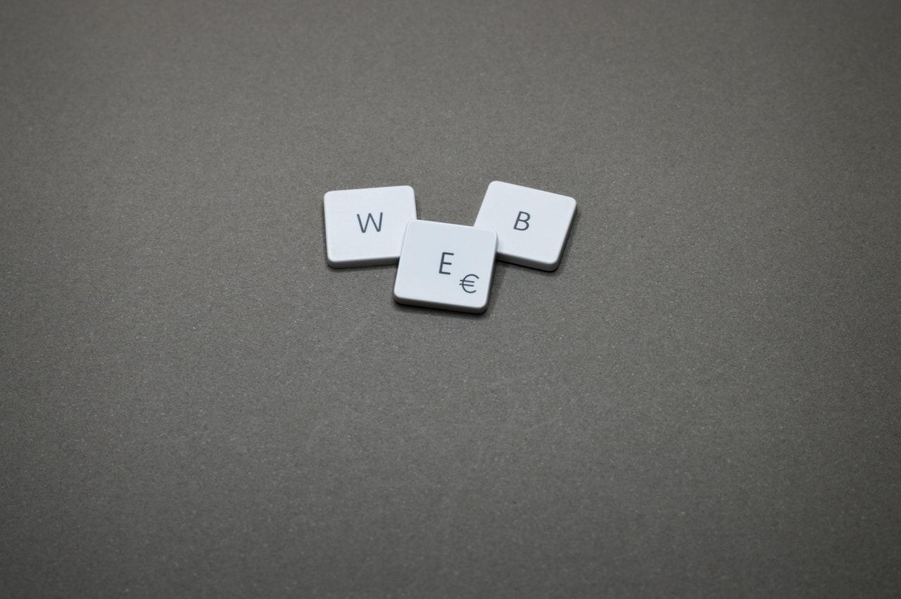Letras formando la palabra WEB