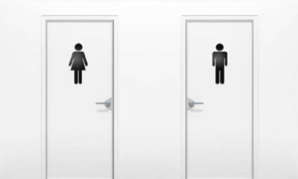 Caminhoneira que dividia banheiro com homens ganha R$ 5 mil em processo
