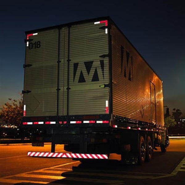 Onde é colocada a faixa refletiva para caminhão?