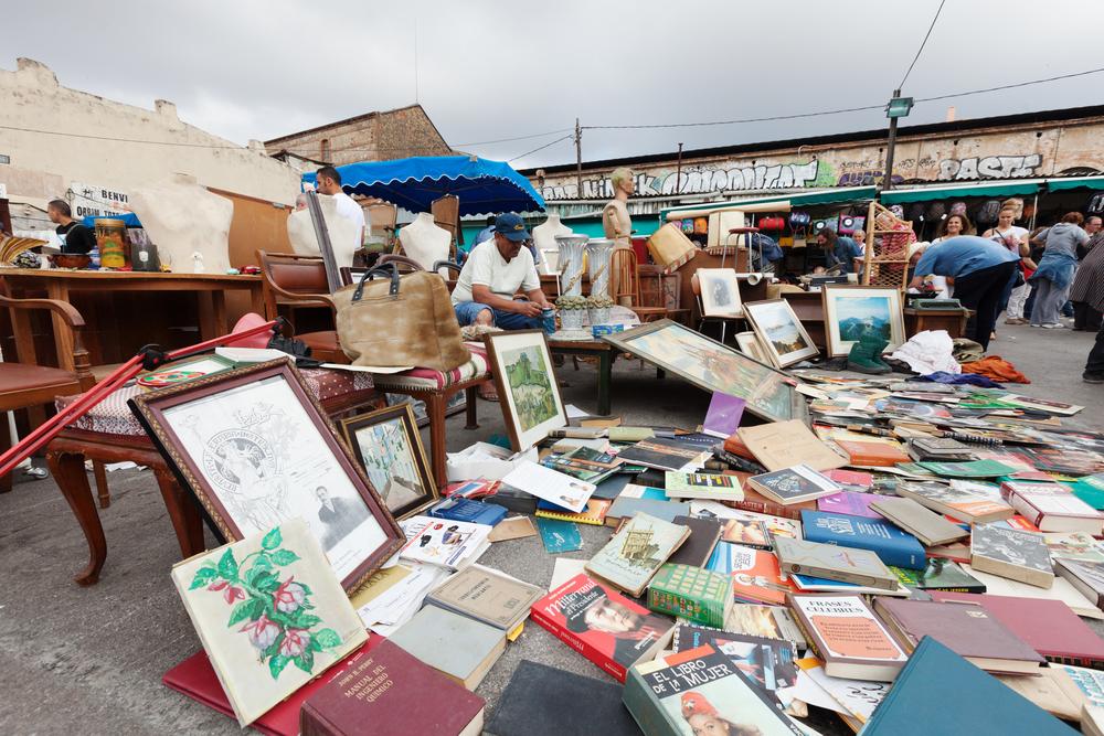flea market in barcelona_217563424