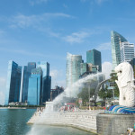 Merilon Statue at Marina Bay in Singapore with tourists and Singapore Skyline in background_313921250